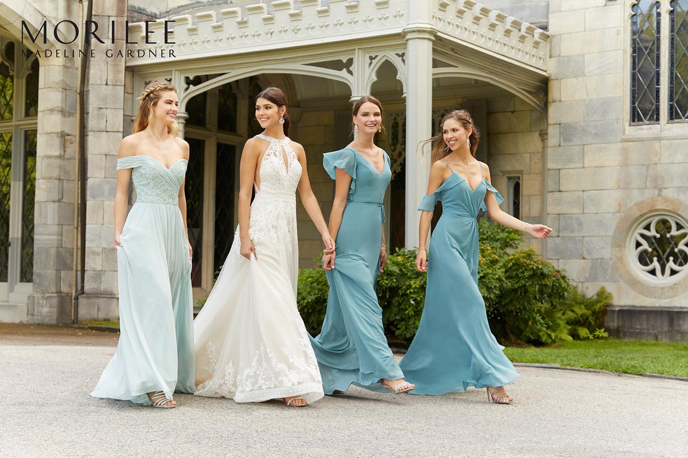 Mariée et ses demoiselles d'honneur habillées en robes Morilee aux tons bleus
