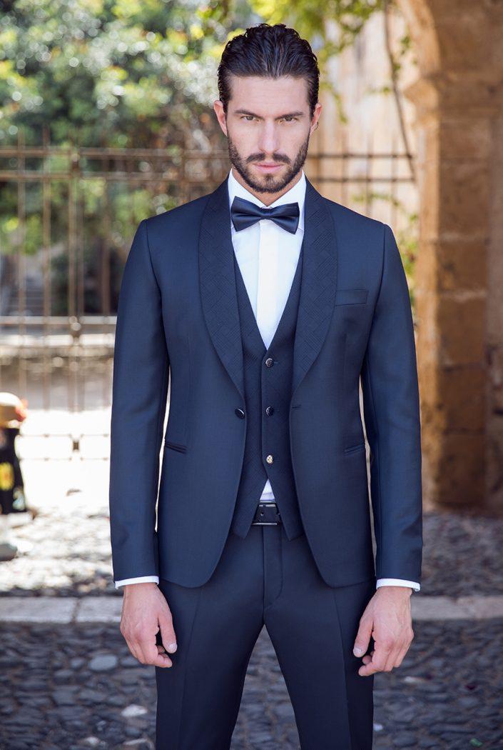 Costume de marié bleu foncé avec gilet et noeud papillon