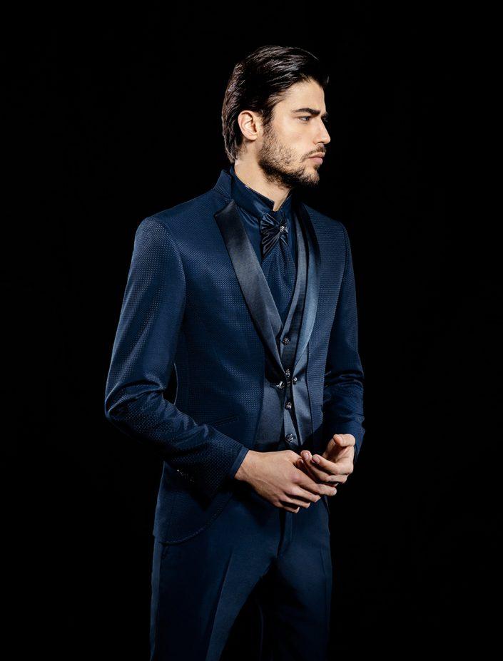 Costume de marié bleu foncé et noir avec gilet et lavallière
