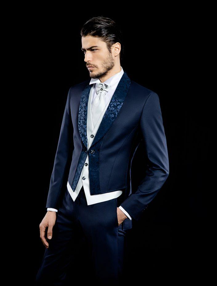 Costume de marié bleu foncé au motif tissé avec gilet, chemise col cassé et lavallière