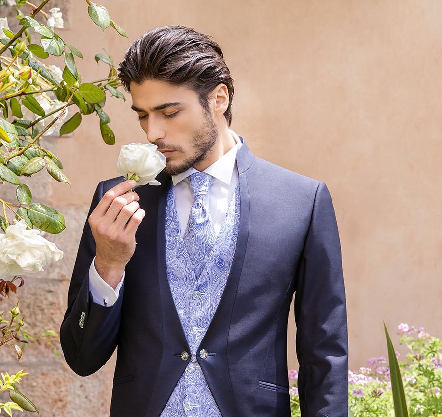 Costume de marié bleu foncé avec gilet bleu clair au motif tissé, chemise col cassé et lavallière
