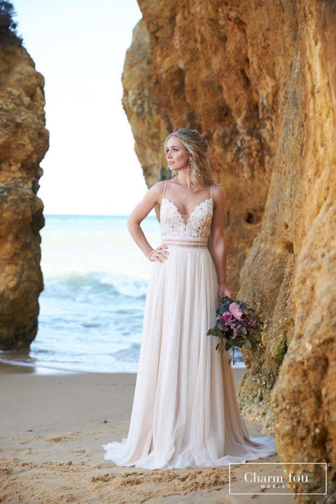 Robe de mariée bohème à bretelles fines avec jupe fluide, haut en dentelle et ceinture marquée