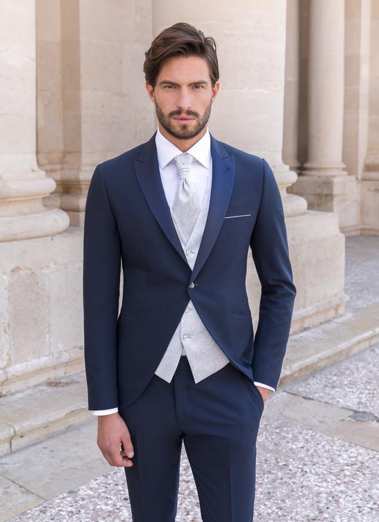Costume de marié bleu avec gilet au motif tissé, chemise et lavallière