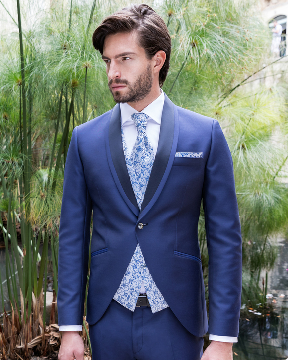 Costume de marié bleu avec gilet au motif tissé bleu clair, chemise et lavallière