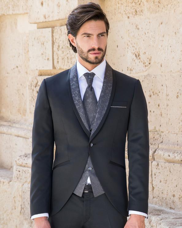 Costume noir au motif tissé gris foncé avec gilet au motif tissé gris foncé, chemise et lavallière