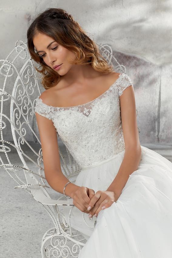 Robe de mariée princesse avec épaules dégagées et dentelles