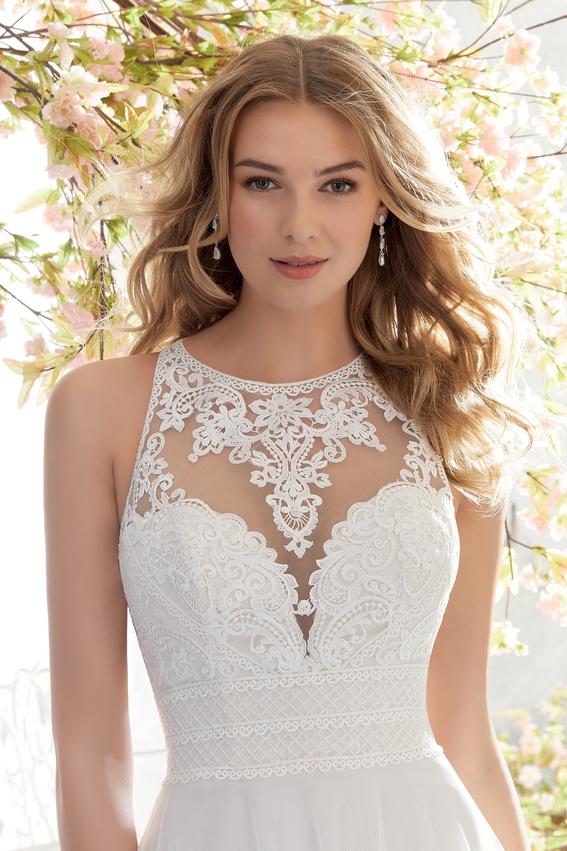 Robe de mariée tendance fluide avec dentelle et bretelles croisées dans le dos