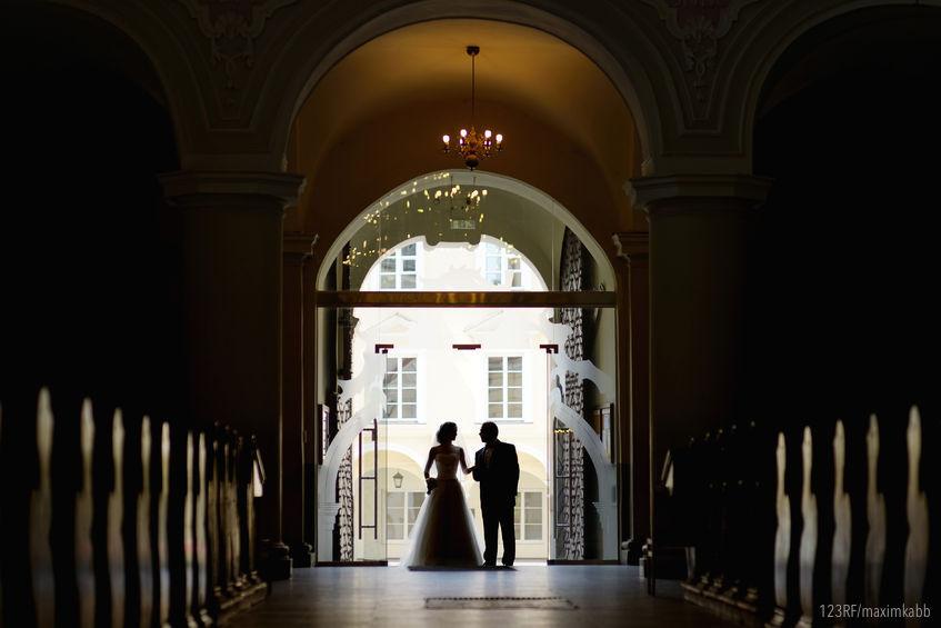 Mariée entre dans l'église au bras de son père
